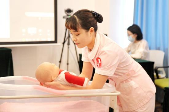 护士展现新生儿护理技能
